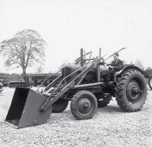 1948 - Работник JCB Джон Вилдон на первом большом погрузчике 3