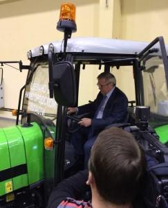 трактор-реклама
